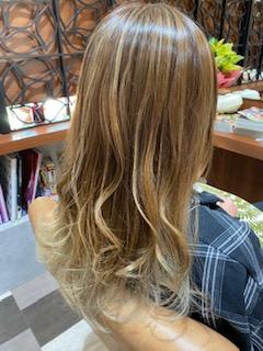 アッシュ系のカラーで透明感のある髪に…