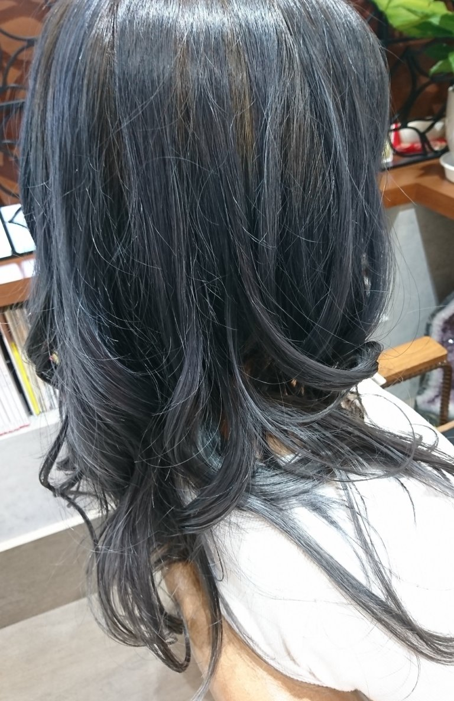 ブルーアッシュ・ブルー系カラーで外国人のような髪色へ♪